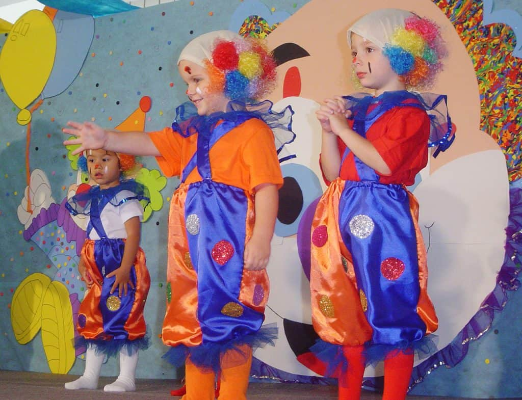 Kinderen verkleed als clowns