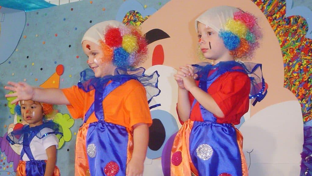 Kinderen op kinderfeestje verkleed als clowns